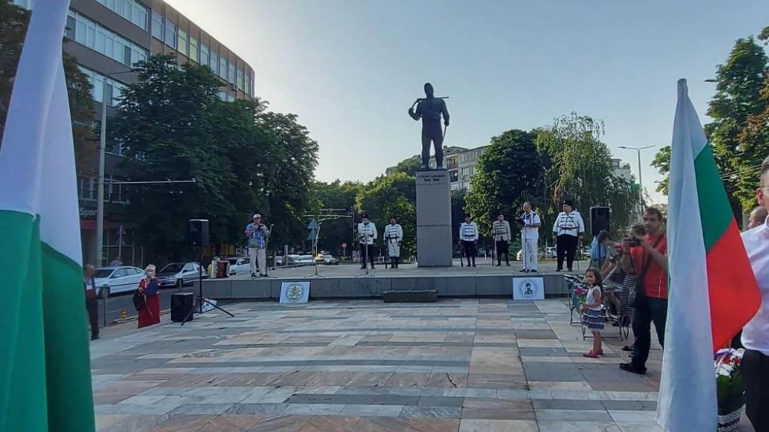 Венци и цветя поднесоха русенци на паметника на Стефан Караджа в града