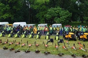 """С нова техника и още работници ДЗЗД """"Паркстрой"""" и ОП """"Паркстрой"""" продължават косенето на тревните площи в Русе.  След настояване на общината ще се коси и в дъжд"""