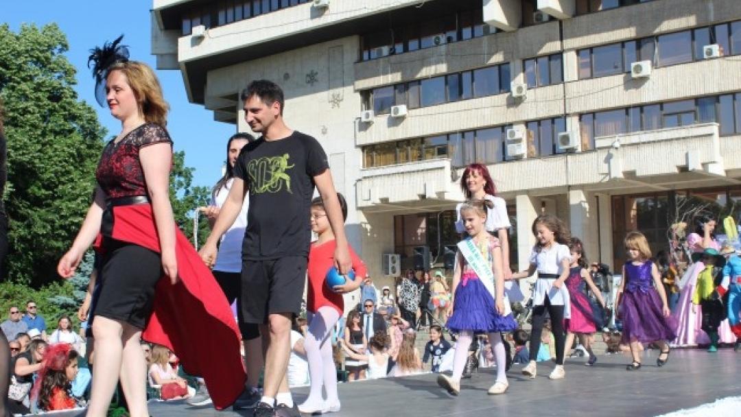 """Спектакъл """"Prêt-à-porter - Готово за носене"""" събра в пъстро дефиле предучилищните групи от 6 детски градини, родители и учители"""