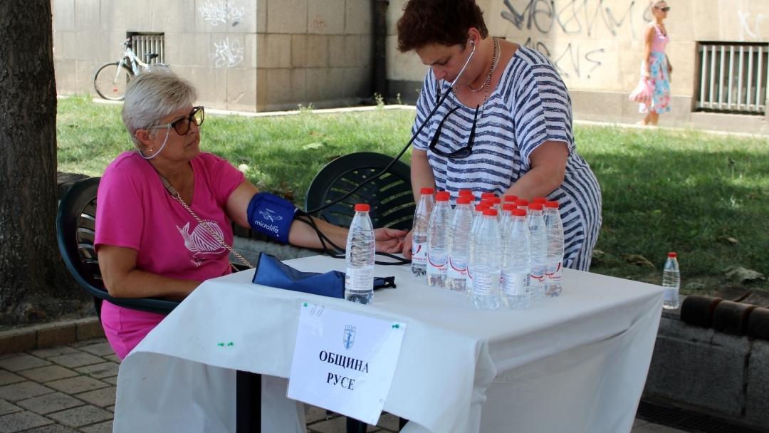 Медицинска помощ и вода предостави Община Русе в жегите