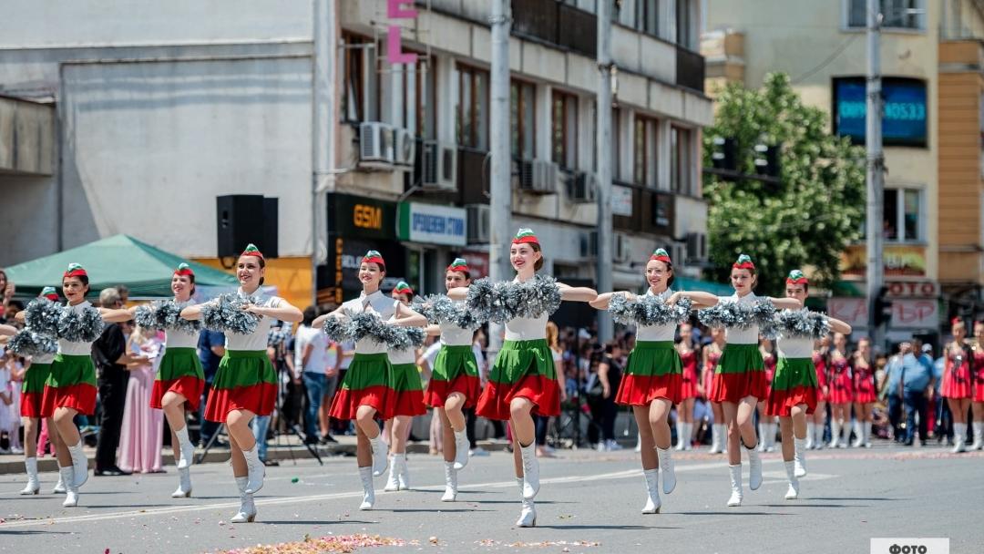 Русенски танцьори се включиха във Фестивала на розата в Казанлък