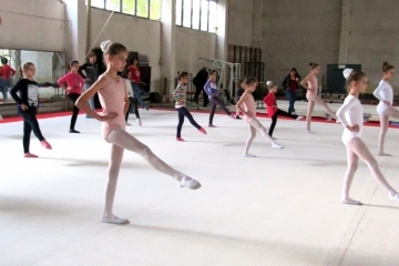 Деца и родители научиха за връзката между акробатика и балет