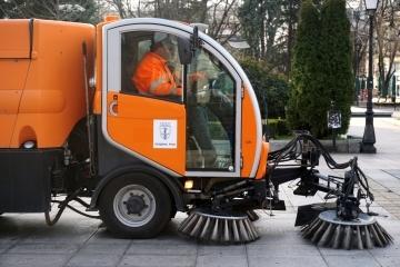 Модерни многофункционални машини чистят от днес градските улици и площади в Русе