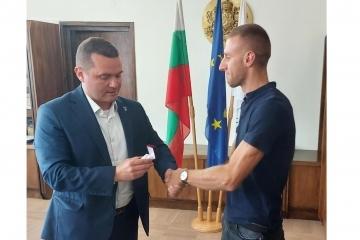 Кметът Пенчо Милков награди параолимпиеца Християн Стоянов за отличното му представяне в Токио