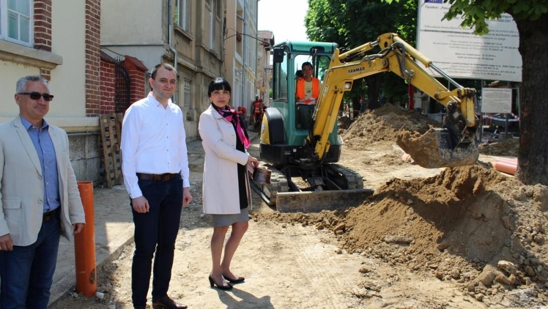 """Състоя се първа копка на обект """"Реконструкция и рехабилитация на пешеходната среда по ул. """"Баба Тонка"""""""
