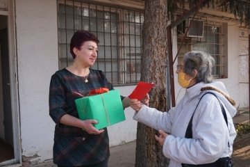 """Медиците в Русе получиха ръчно изработени мартенички от потребителите на ДСХ """"Възраждане"""""""