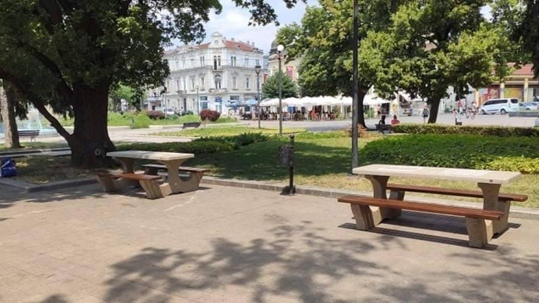 Монтират нови бетонни пейки, произведени в Русе