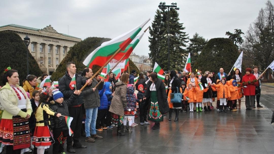"""""""Аз съм българче"""" рецитираха 139 деца, родители и педагози пред Паметника на свободата"""
