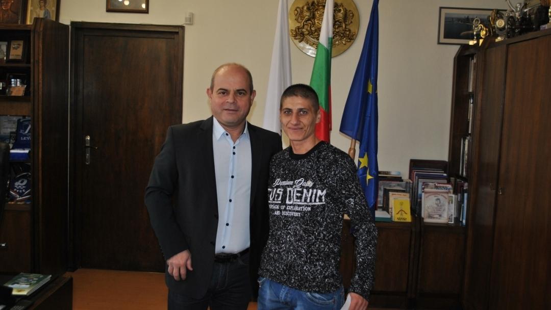 """Кметът Пламен Стоилов връчи златна значка """"Русе"""" на европейската шампионка по бокс Севда Асенова"""