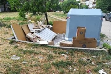 Изхвърлянето на отпадъци около контейнерите забавя цялостния график на сметосъбиране и извозване