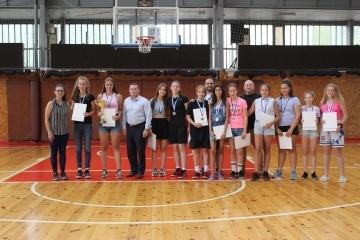 """Кметът Пенчо Милков отличи и държавните шампиони по баскетбол за момичета. Старши треньорът Магдалена Атанасова-Миланова получи плакет  """"Заслужил треньор"""""""