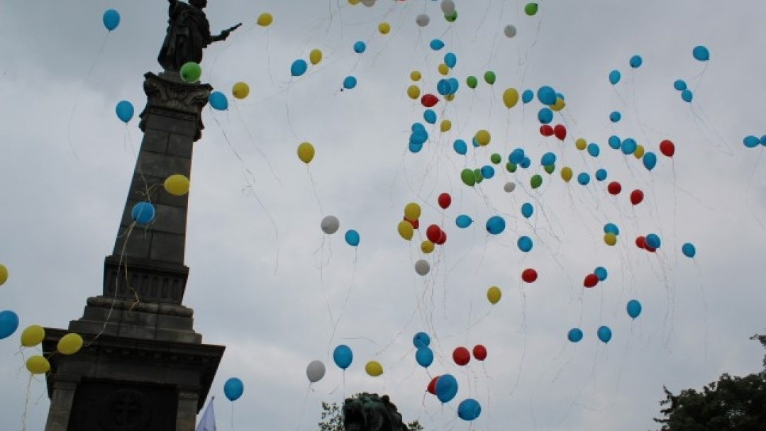"""Евромозайка """"10 години в звездния кръг на Европа"""" украси днес Паметника на Свободата с участието на 120 деца"""
