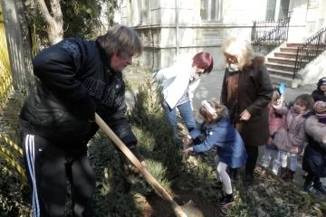 """Деца от русенската детска градина """"Иглика"""" садиха дървета в двора й"""