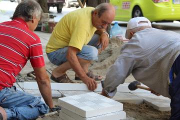 Новият екип за ремонт на тротоари действа активно в Русе