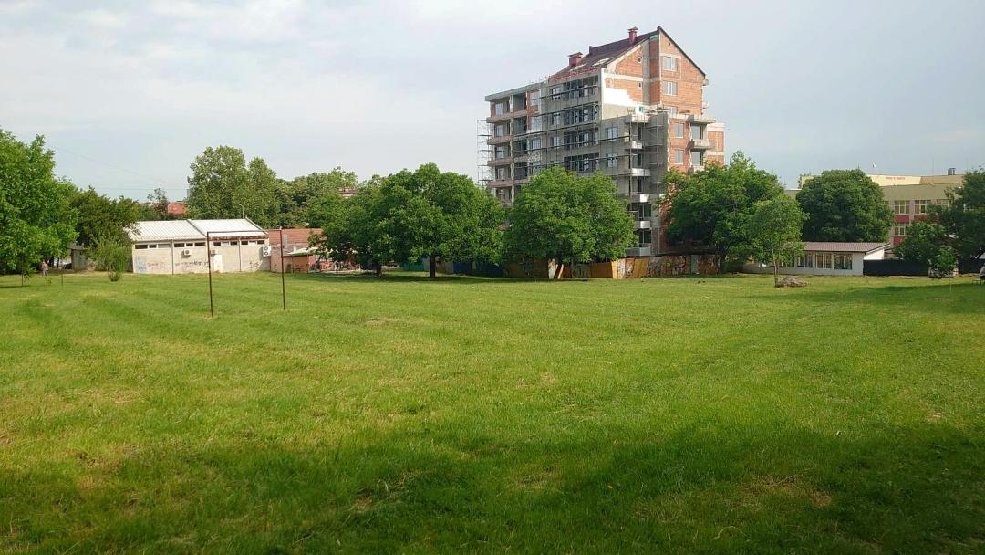 """Продължава косенето на тревните площи в кварталите """"Здравец"""", """"Възраждане"""" и """"Тракция"""""""